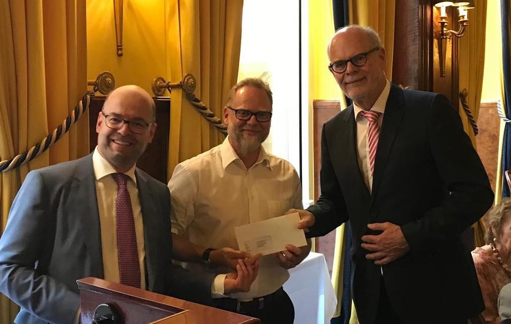 Zwei Herren vom Rotary Club Köln mit Marc Haine im Excelsior Hotel Ernst bei der Spendenübergabe