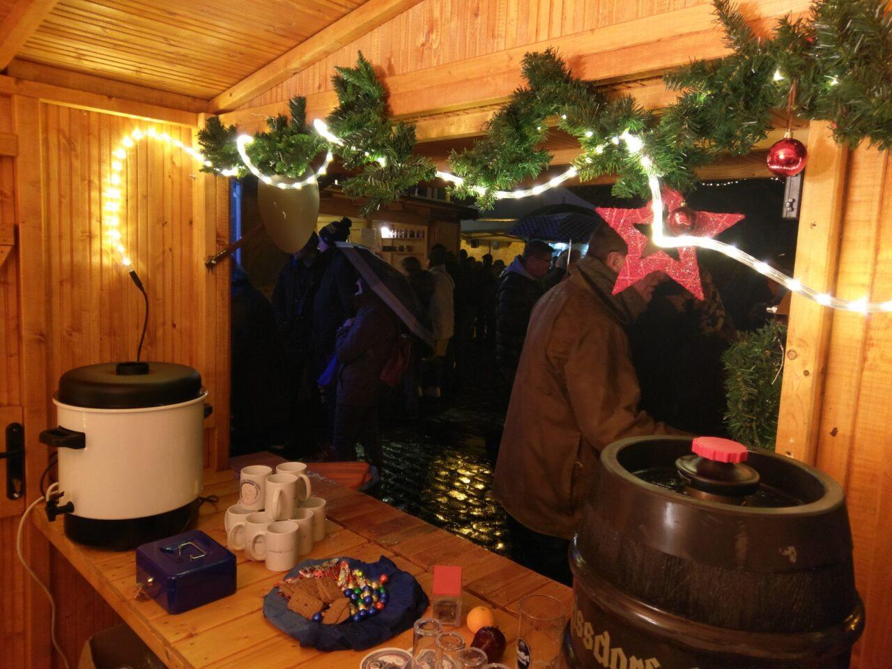 Foto von Theke mit Weihnachtsdekoration und Glühwein
