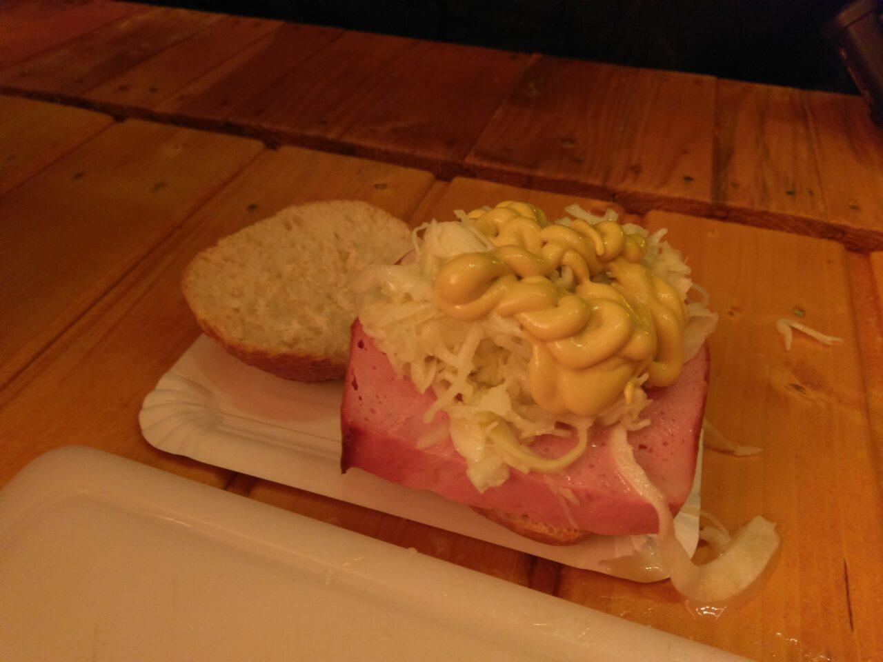 Frischer Leberkäse mit Krautsalat im Brötchen