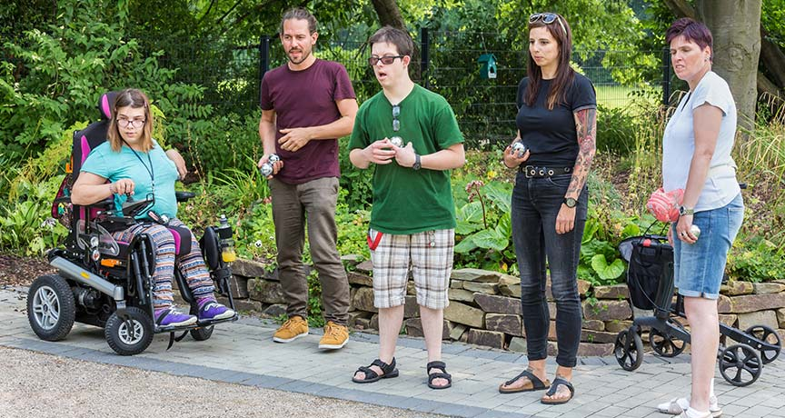 Behinderte und Nicht-Behinderte beim sportlichen Spiel