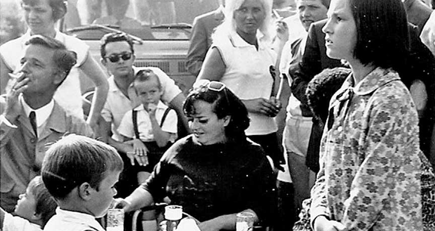 Bild aus den 60er Jahren mit Eltern und Kindern