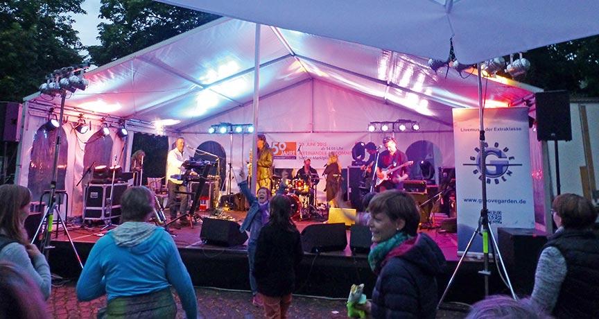 Festzelt mit Musikern und Publikum