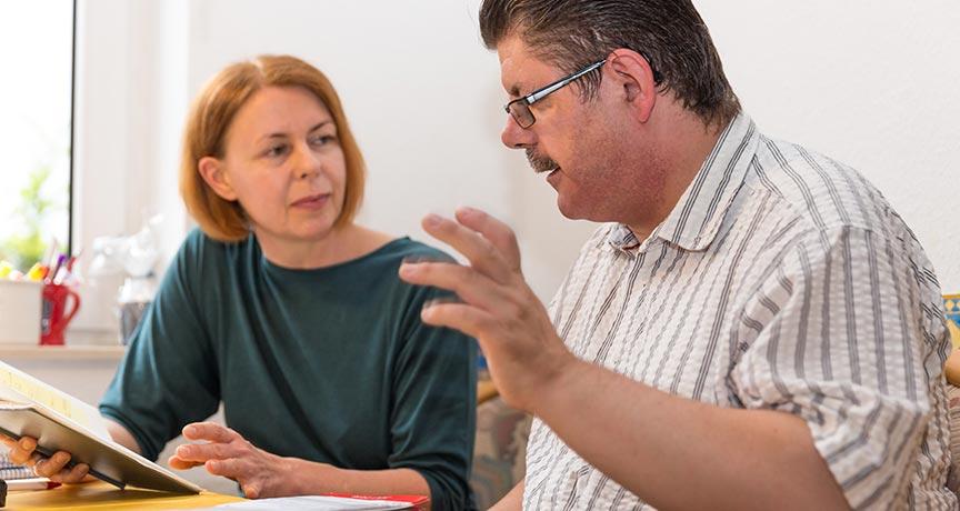 Eine Frau und ein Mann in einer Besprechung.
