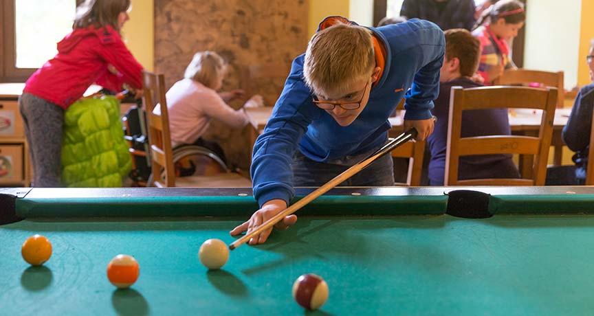 Jugendliche beim Billardspielen im Jugendhaus Sürth