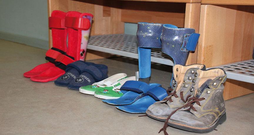 Schuhe von behinderten und nicht behinderten Kindern